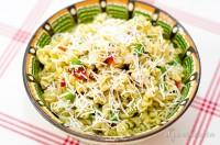 Salată de fussili cu pui, fenicul și alte arome